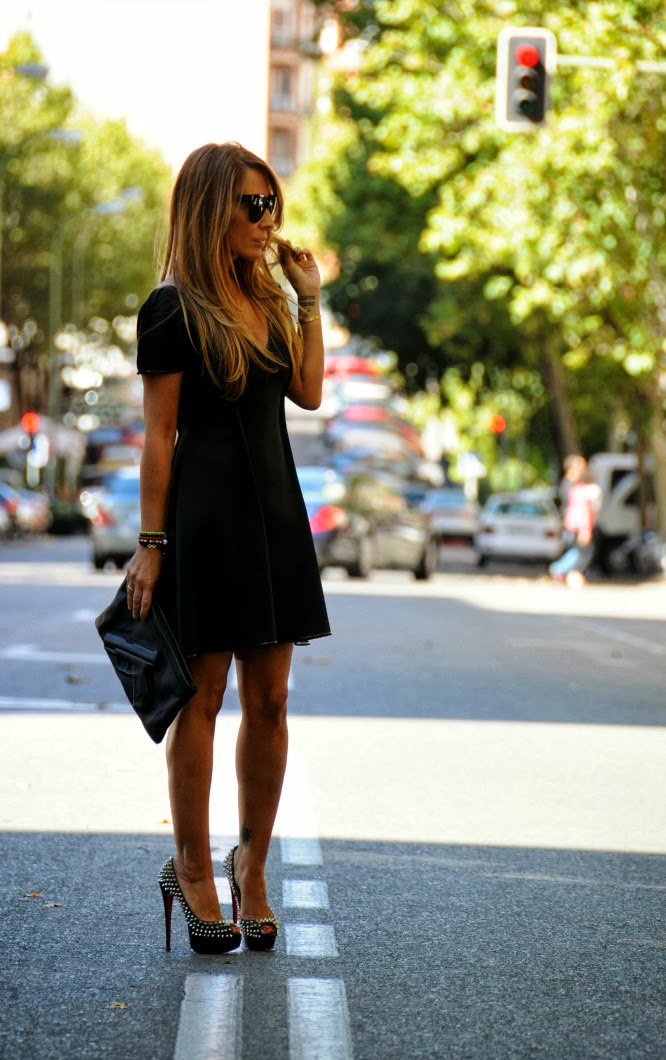 06a-street style-neoprene-dress-lbd-little black dress-louboutin-lady peep-spikes-vlieger vandam