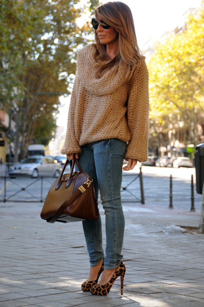 02a-street style-sweater-oversized-leopard-shoes-bianca-louboutin-antigona-givenchy