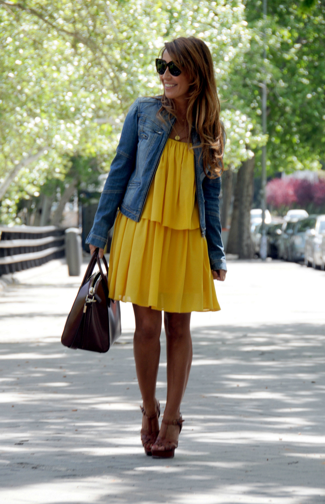 05a-street style-yellow-dress-antigona-givenchy-bag-tribute-ysl-heels-con dos tacones-c2t