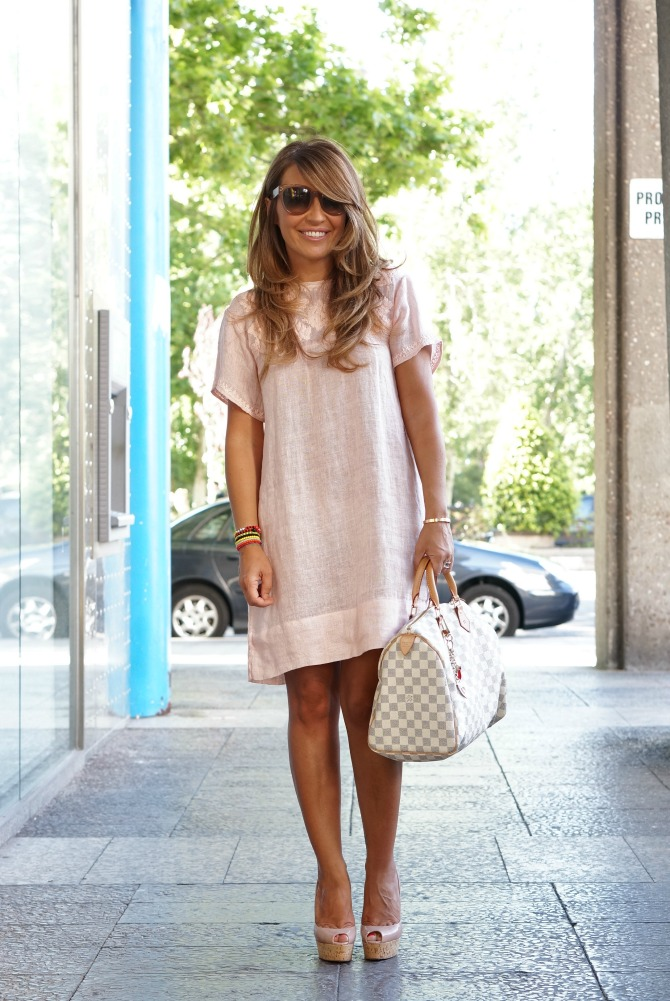 01a-street style-linen-nude-dress-zara-speedy-azur-damier-one plume-christian louboutin-wedges-con dos tacones-c2t