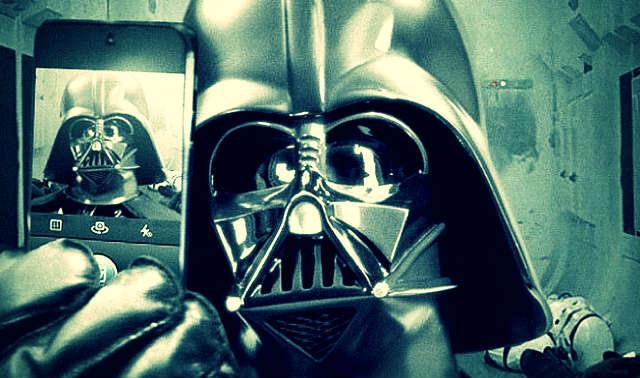 Darth-Vader-se-toma-selfie-y-la-pone-en-Instagram