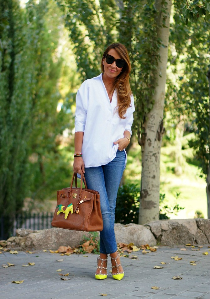 07a-street style-white shirt-jeans-fluor-yellow-rockstud-valentino-heels-shoes-golden-birkin-hermes-grigri-rodeo-horse-charm-con dost tacones-c2t