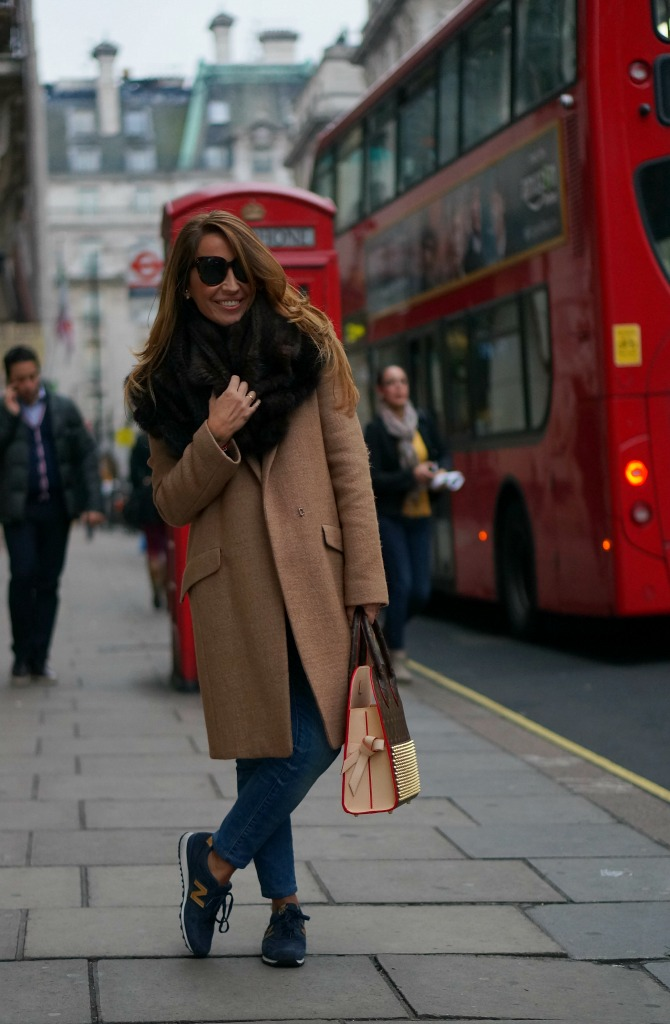01a-street style-london-oversized coat-new balance-sneakers-celebrating monogram-louis vuitton-christian louboutin-iconoclast-fur-con dos tacones-c2t