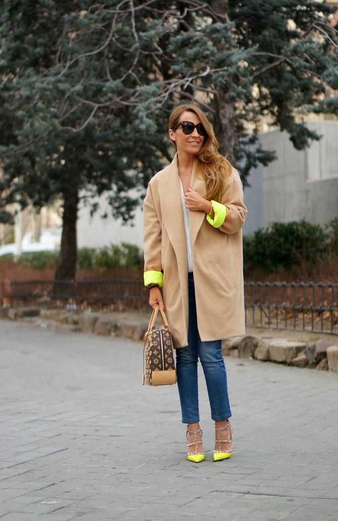 01a-street style-beatriz peñalver-fluor-coat-rockstud-valentino-louis vuitton-3d-bowling-con dos tacones-c2t